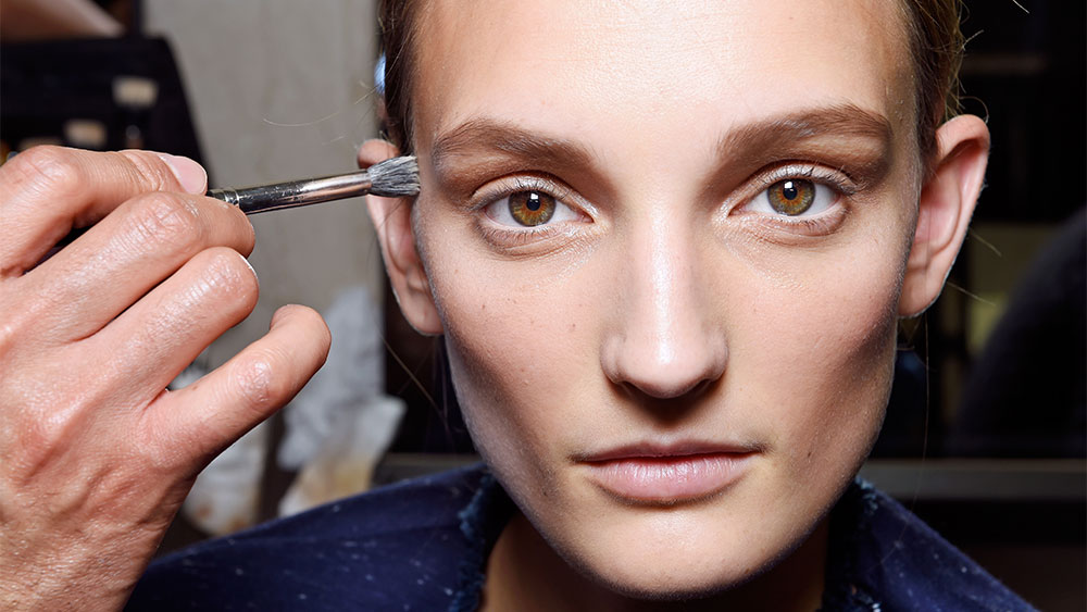 How to re-apply sunscreen without ruining your make-up