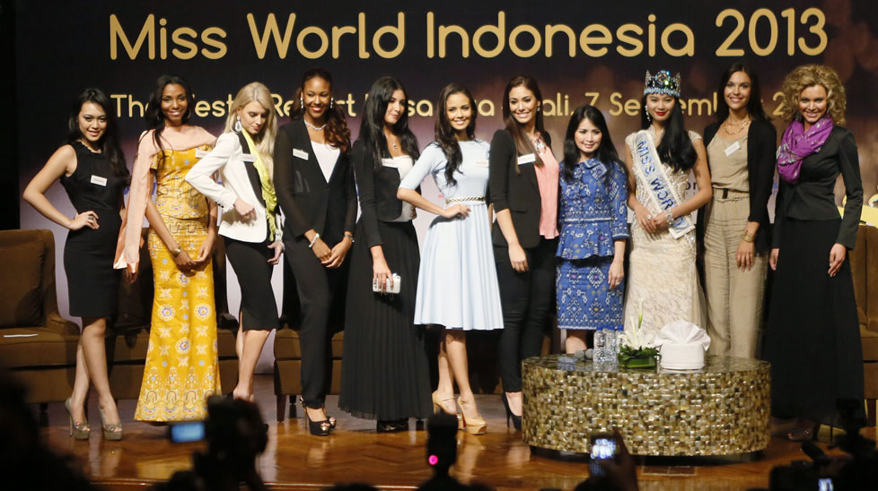 Miss World 2013 contestants flank Miss World 2012, Yu Wenxia of China, at the Bali International Convention Center in Nusa Dua. (AAP)