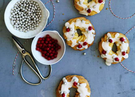 Almond shortbread wreaths with brandy glaze