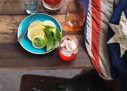 Lemon and raspberry iced tea