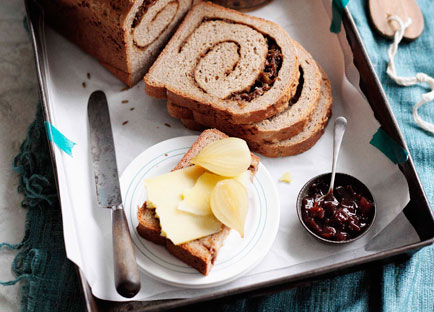 Ploughman's lunch with pickled onions and onion-rye bread