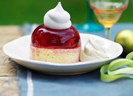 Raspberry meringue cakes with amaretto cream