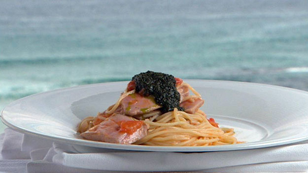 Spaghetti alla carlofortina (spaghetti with fresh tuna, cream of basil and tomato)