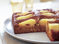Diabetic-friendly pear and oatmeal cake
