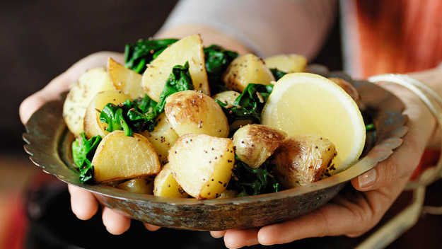 Roasted thyme potatoes with spicy sauce