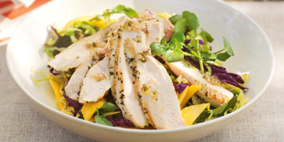 Barbecued chicken salad with mangoes