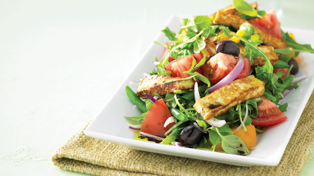 Summer salad with grilled haloumi