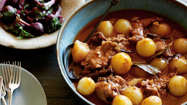 Rabbit stewed in tomato, red wine and onion