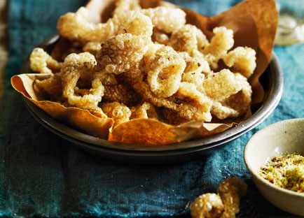 Pork scratchings with spicy salt
