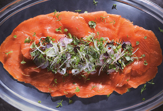 Smoked salmon with apple, mint and fennel salad