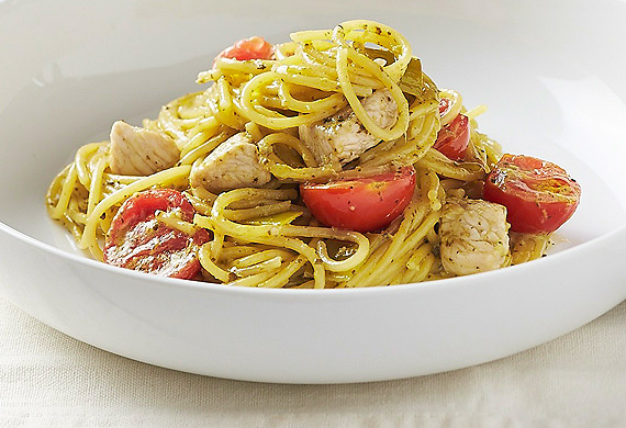 Gluten-free spaghetti with chicken and cherry tomatoes