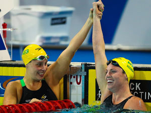 Emily Seebohm (R) celebrates her 100m backstroke victory. (Getty)
