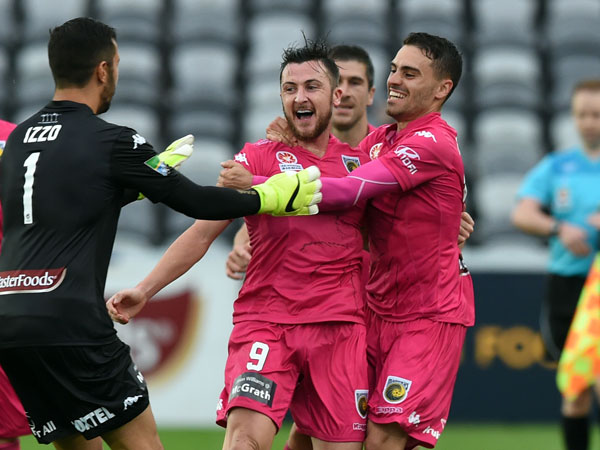 The Mariners rush to celebrate with goal hero Roy O'Donovan. (AAP)