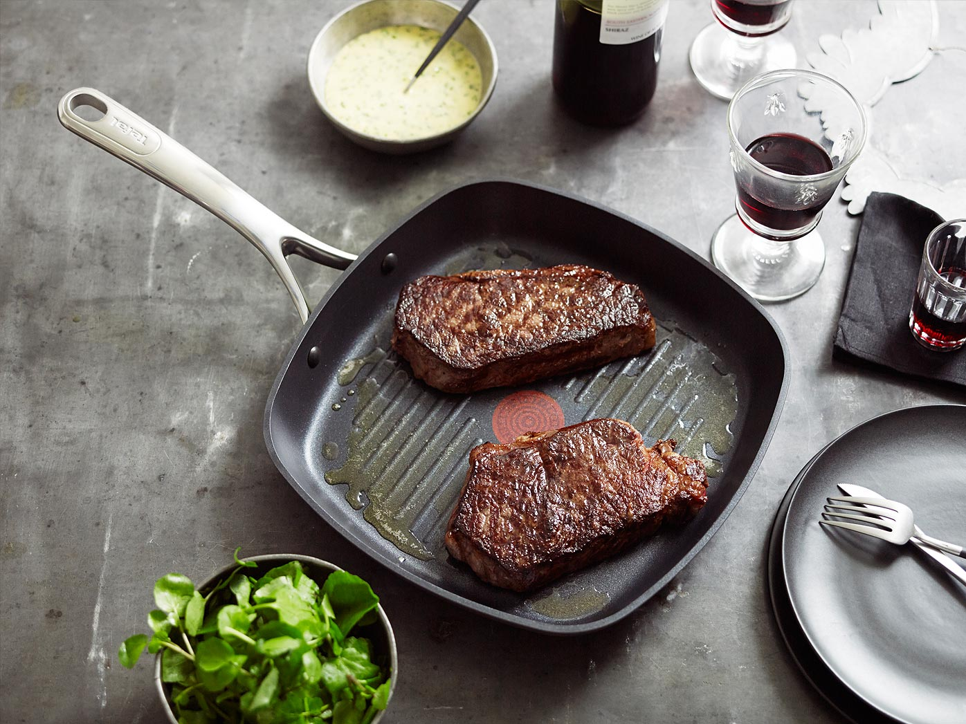 Grilled sirloin steak with béarnaise sauce and watercress