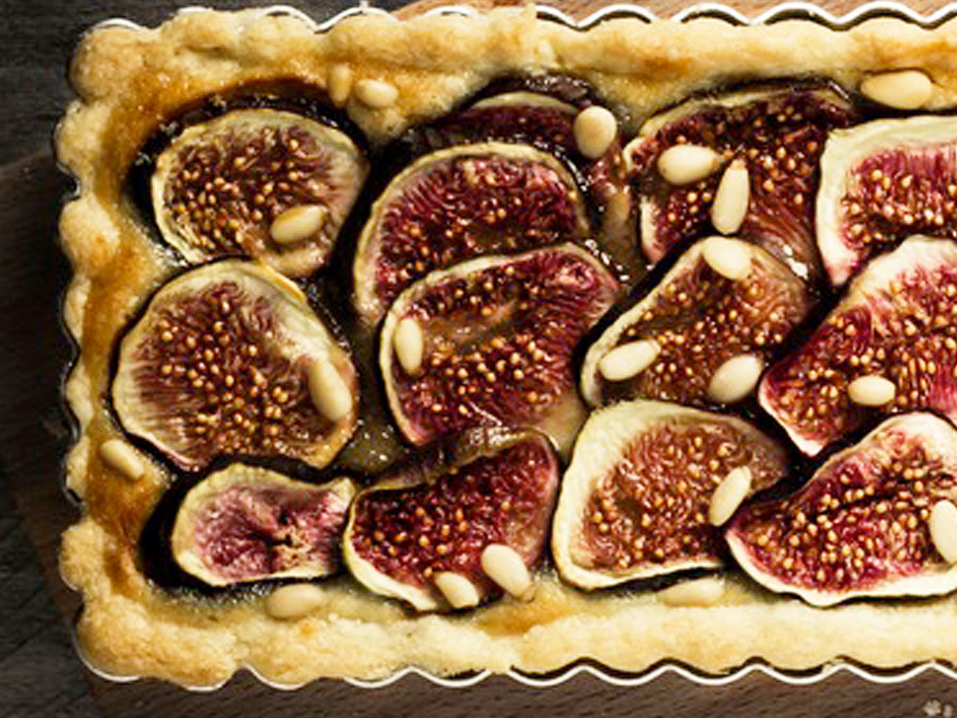 Fig tart with currants and pine nuts