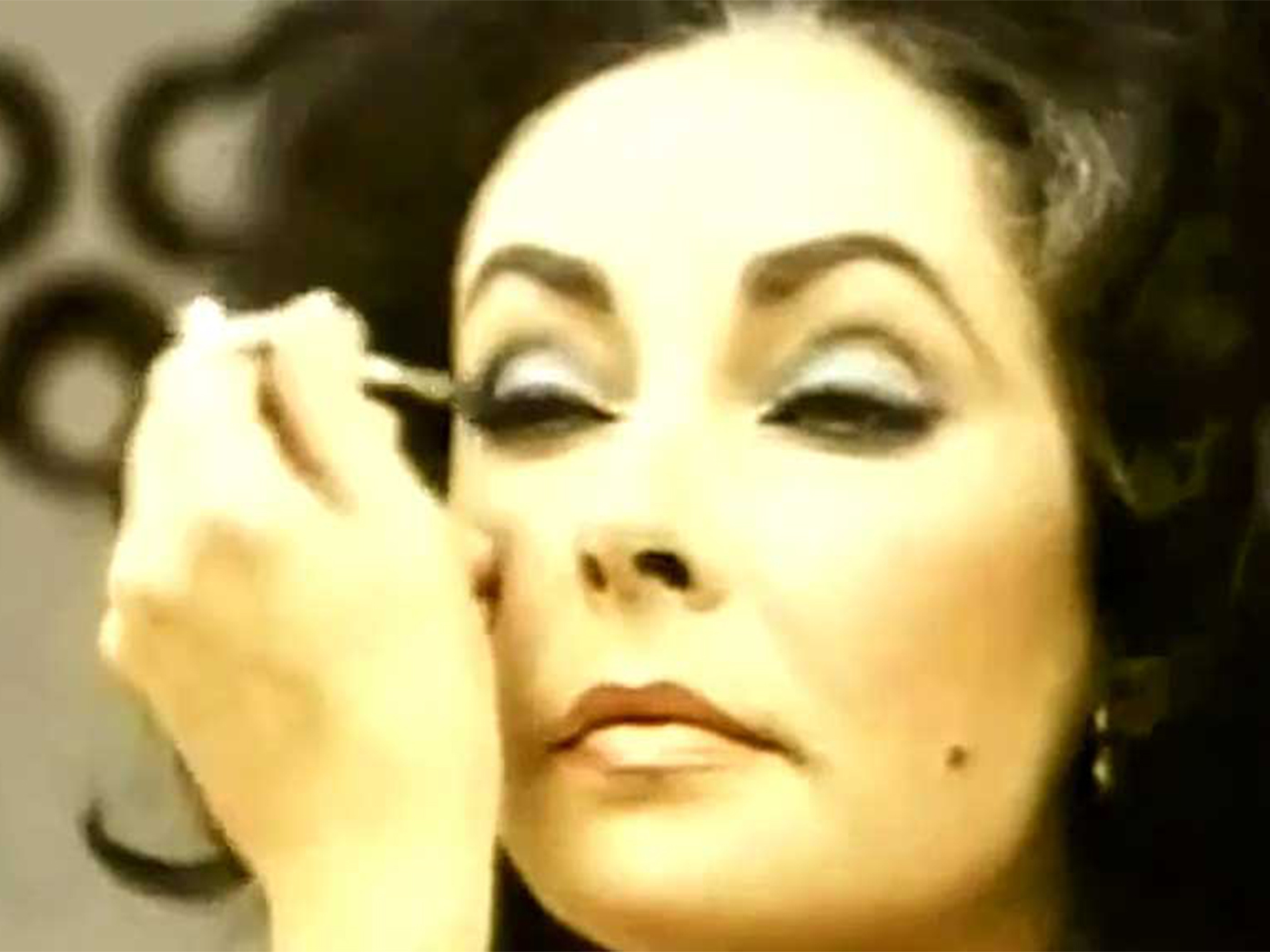 Mastering the winged eye courtesy of Elizabeth Taylor herself