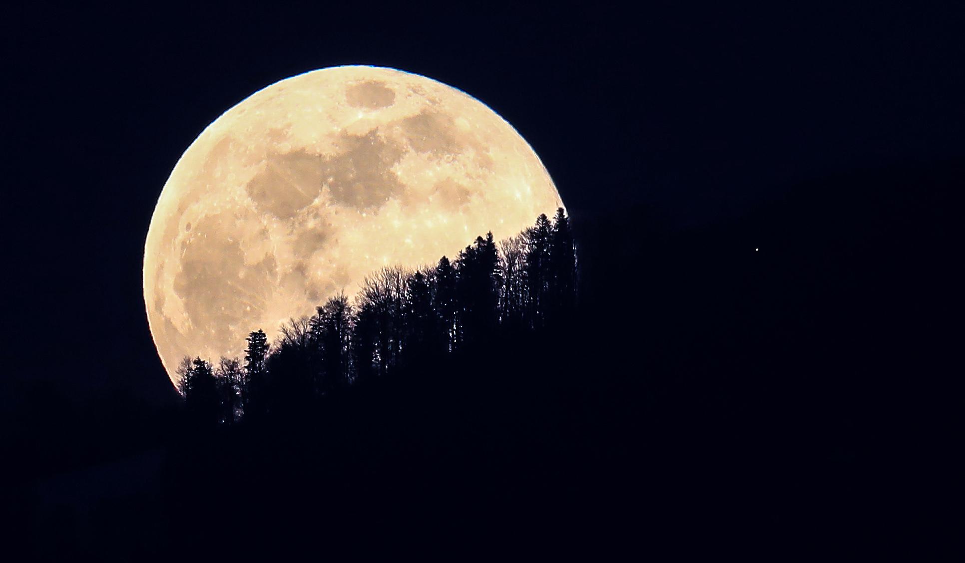 Super Snow Moon thrills stargazers