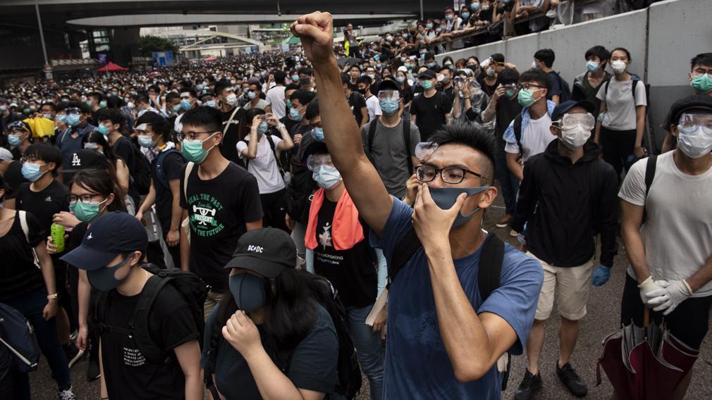 Hong Kong protests: Thousands call for Hong Kong leader to go