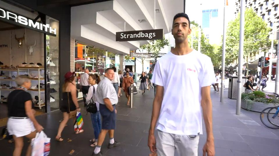 Australia's tallest man struggling to find eligible dates