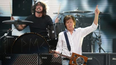 Dave Grohl (background) with Sir Paul McCartney. (Getty)