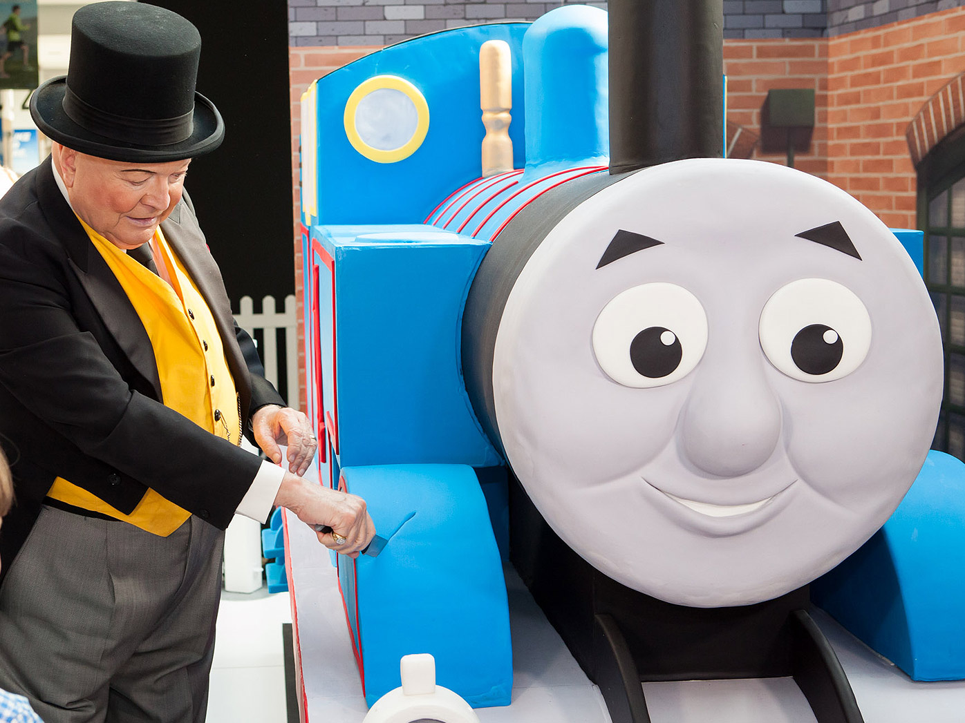 Thomas celebrates birthday with one-tonne cake
