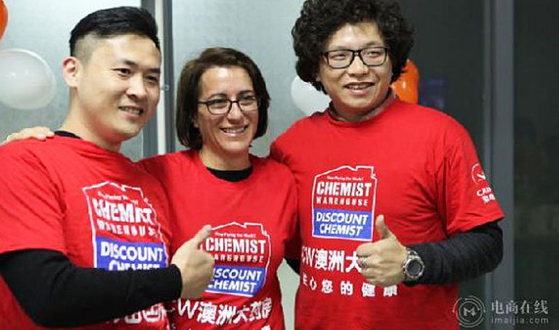 Danielle Di Pilla and members of the Chemist Warehouse crew in China. (myzaker.com)