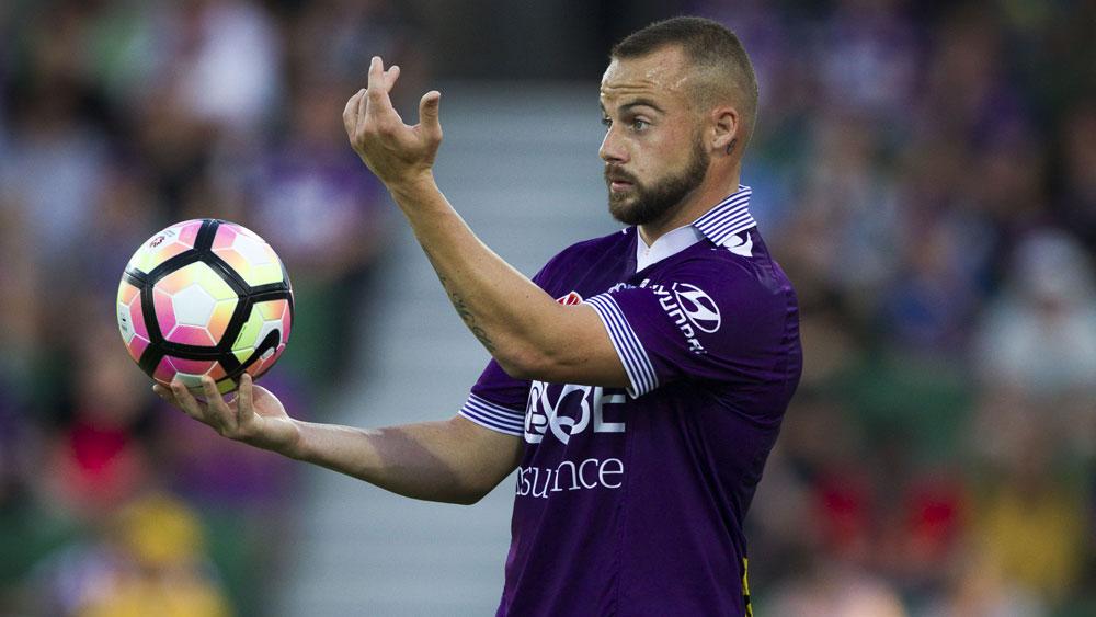 Perth Glory defender Marc Warren signals to a team-mate. (AAP)