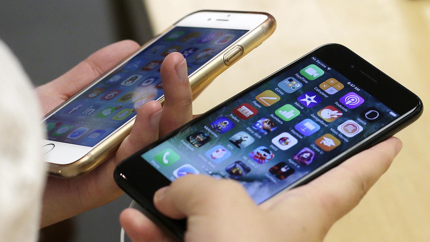 POKUŠALI PRIMORATI KORISNIKE DA KUPE NOVE TELEFONE! Francuska agencija za zaštitu potrošača kaznila 'Apple' zbog usporavanja rada starijih telefona!