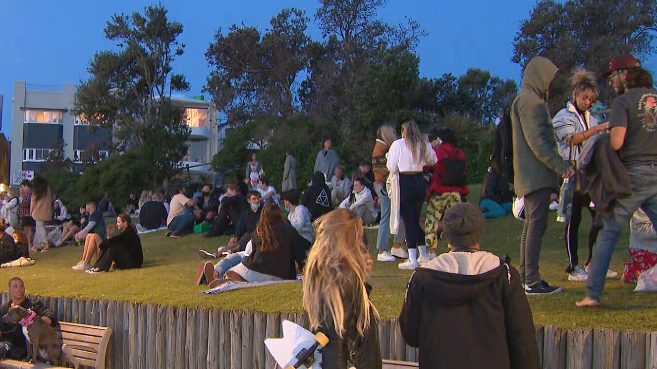 Sydneysiders picnic by beaches amid new rules for vaccinated