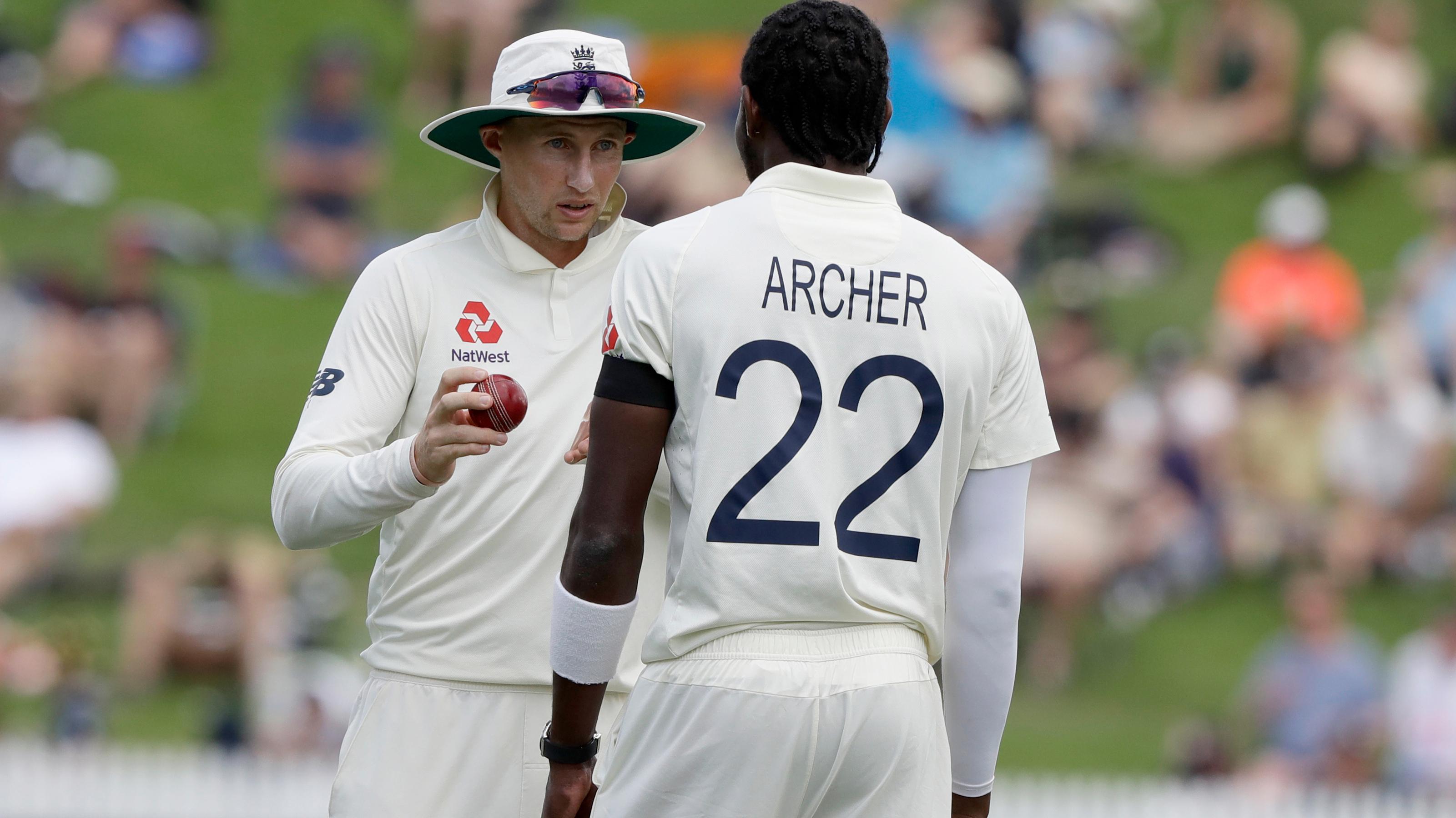 Joe Root talks to strike bowler Jofra Archer.