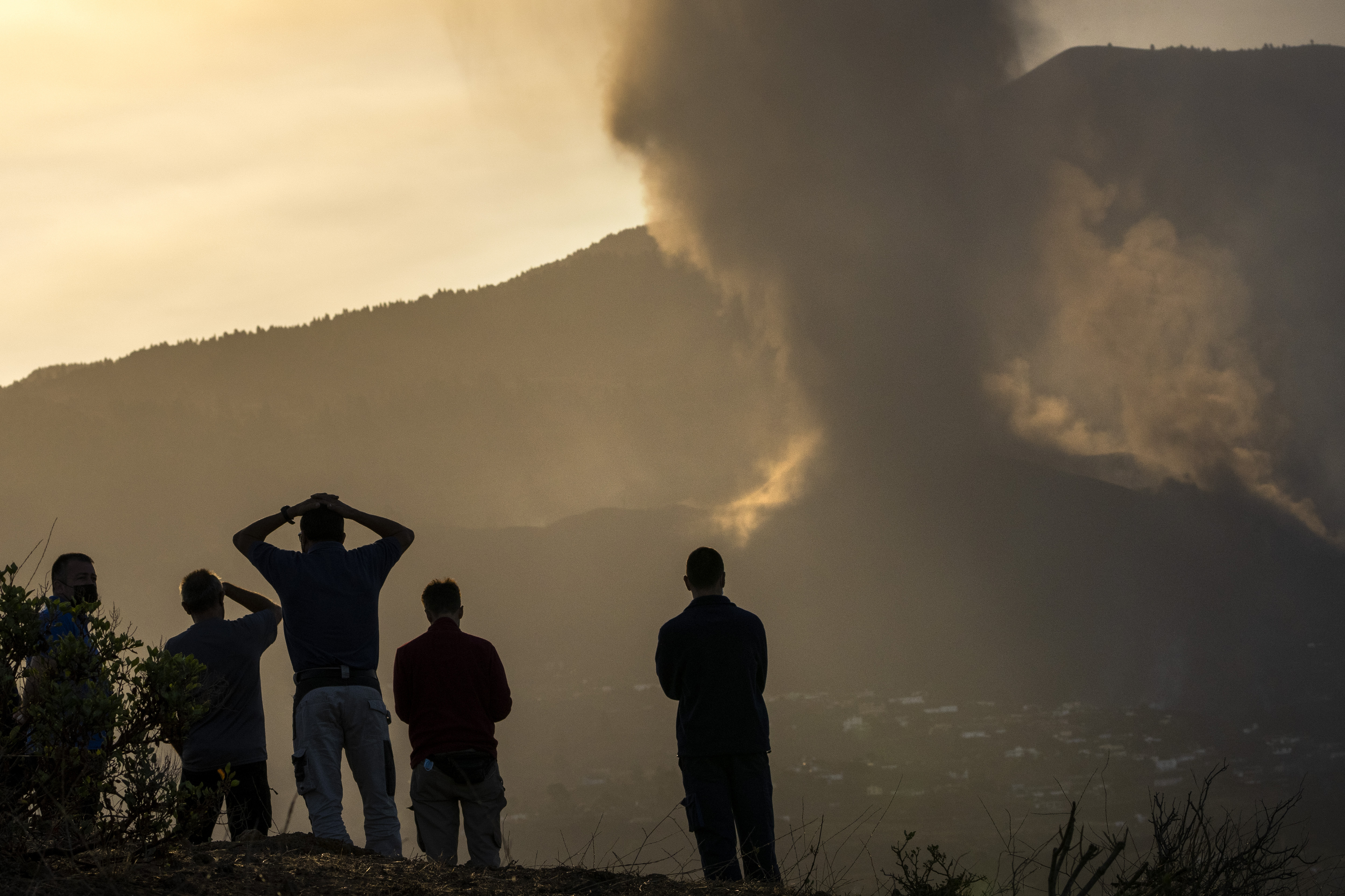Spanish volcano still packs a punch five days after eruption in La Palma