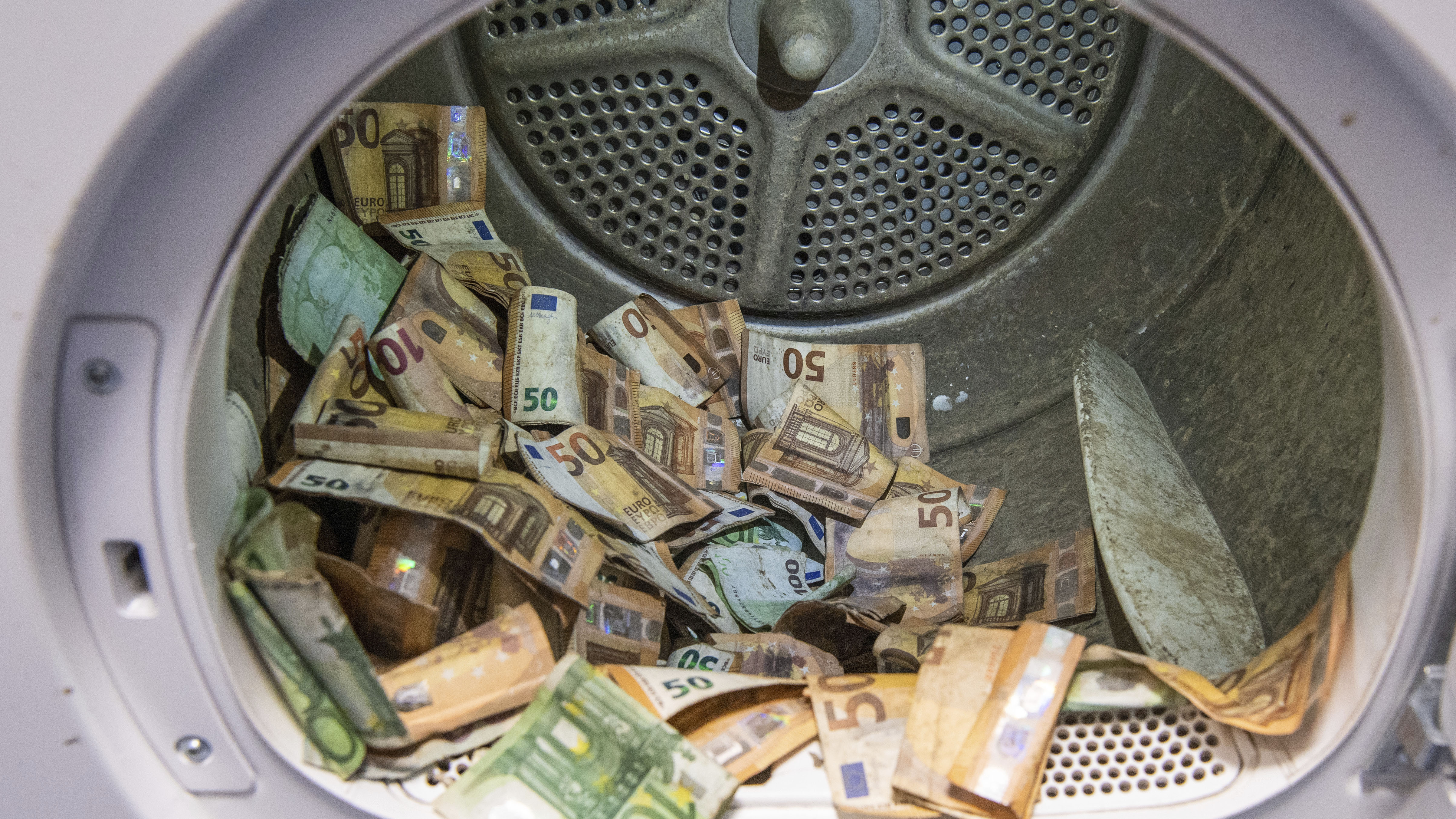 Euro banknotes damaged in the flood disaster were dried in a standard tumble dryer at the Bundesbank.