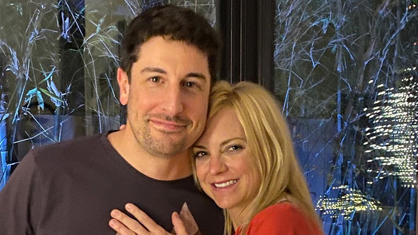 Newly engaged Anna Faris finally reveals engagement ring in photo with friend Jason Biggs