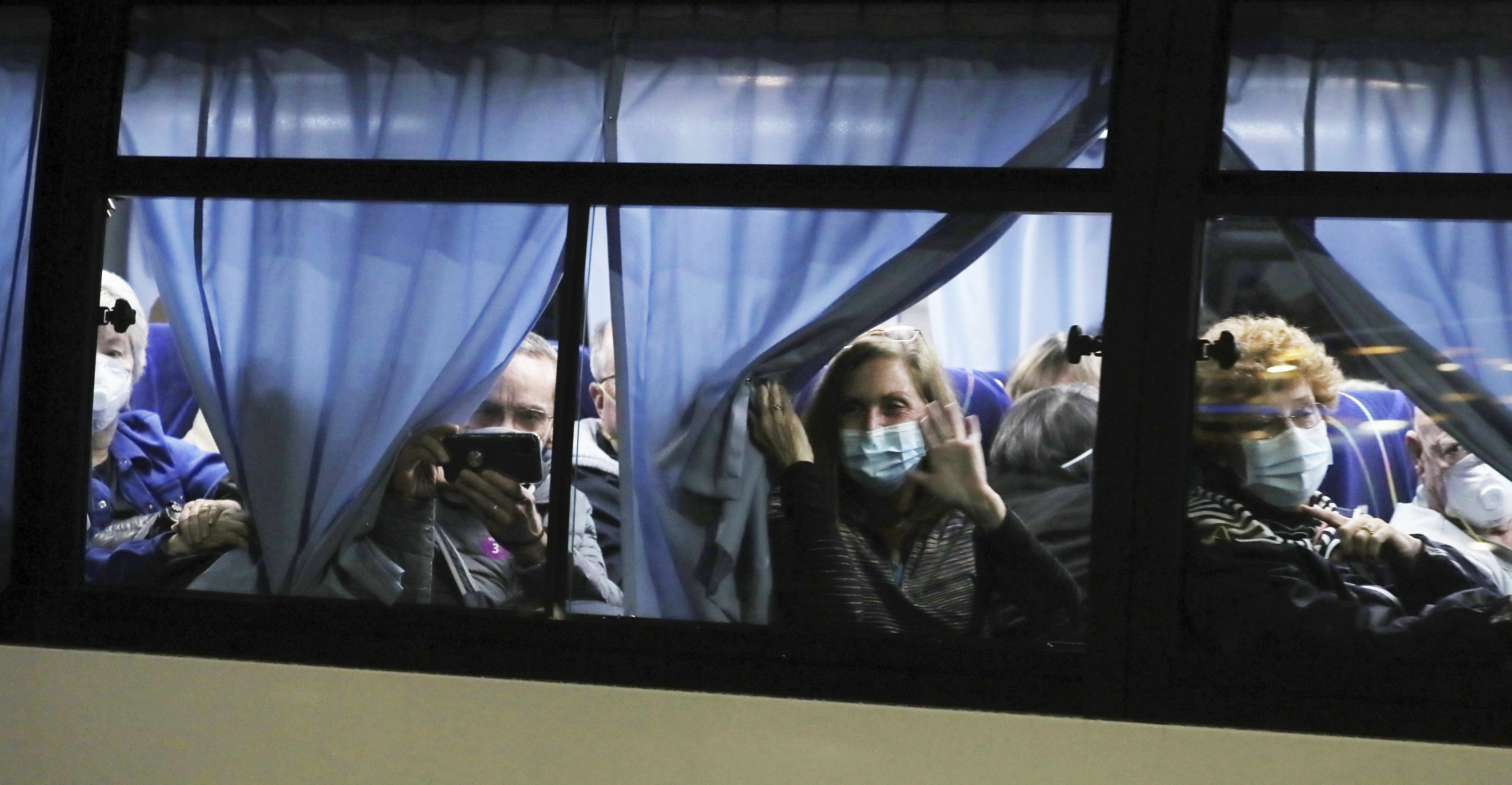 Buses carrying American passengers who had been quarantined aboard a cruise ship in Japan have left the harbour.