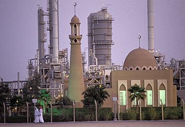 Oil refinery and mosque in Saudi Arabia (Getty)