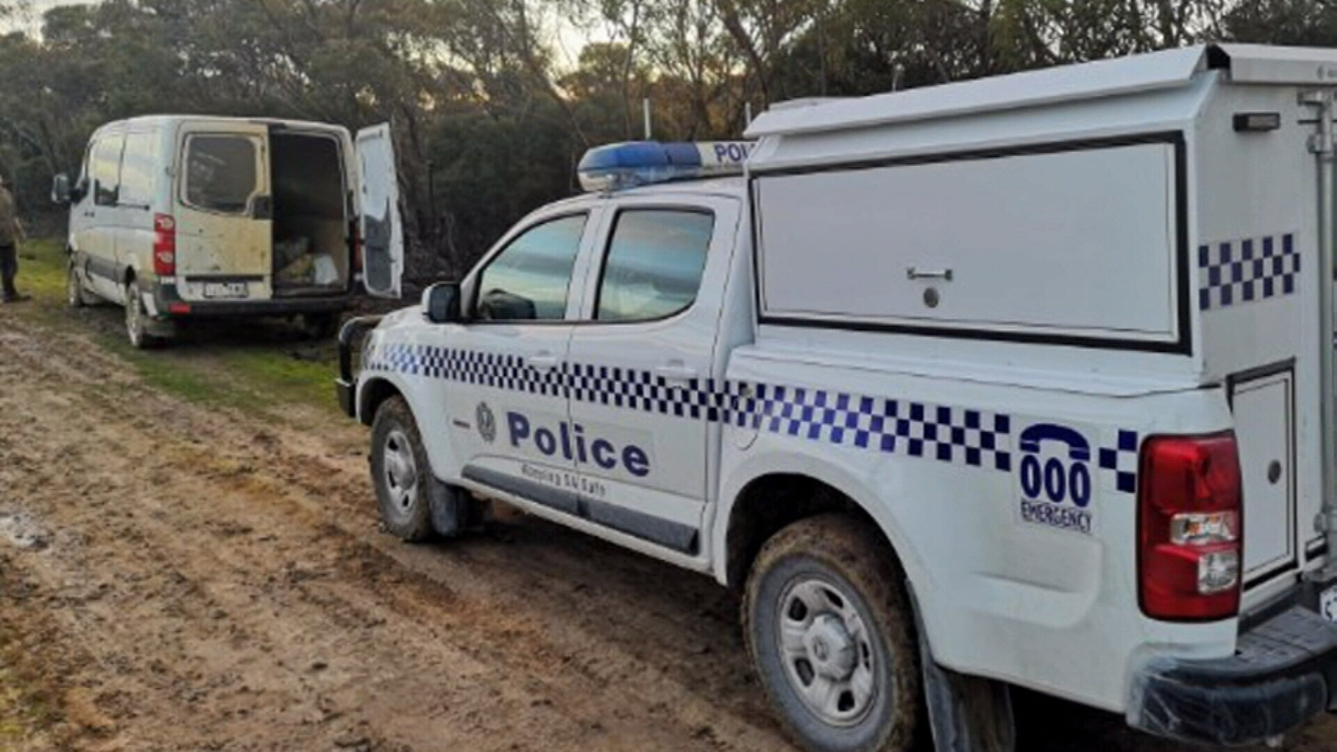 Victorians fined after van gets bogged trying to cross South Australia border