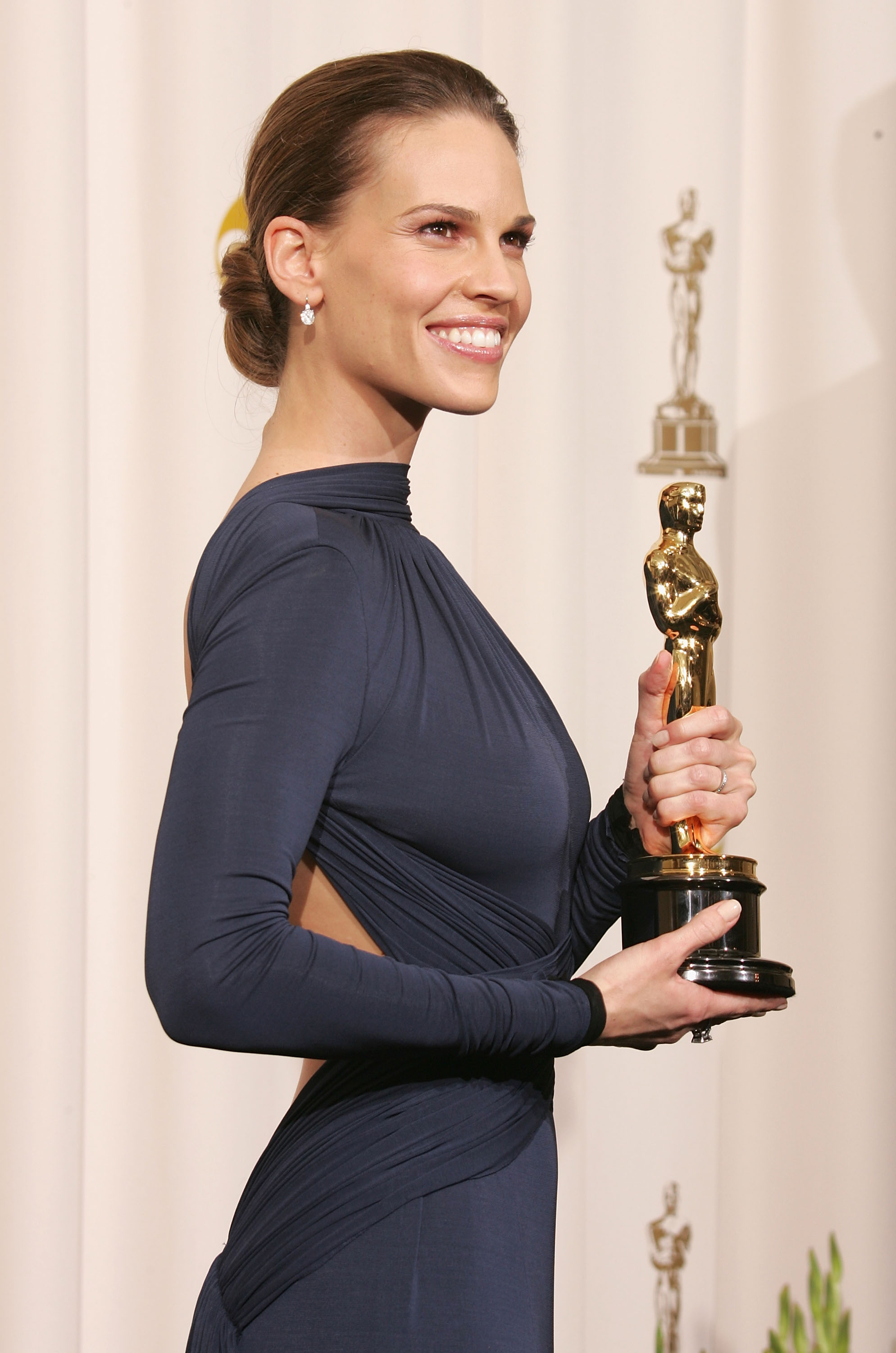 """Actress Hilary Swank poses with her award for Best Actress for """"Million Dollar Baby"""" backstage during the 77th Annual Academy Awards on February 27, 2005 at the Kodak Theater in Hollywood, California."""